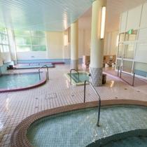 【大浴場】2013年春にリニューアルした女子大浴場は、湯元ならではの豊富な湯量で掛け流し