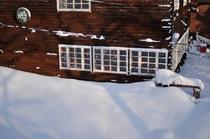 冬の外観(ラウンジサイド)