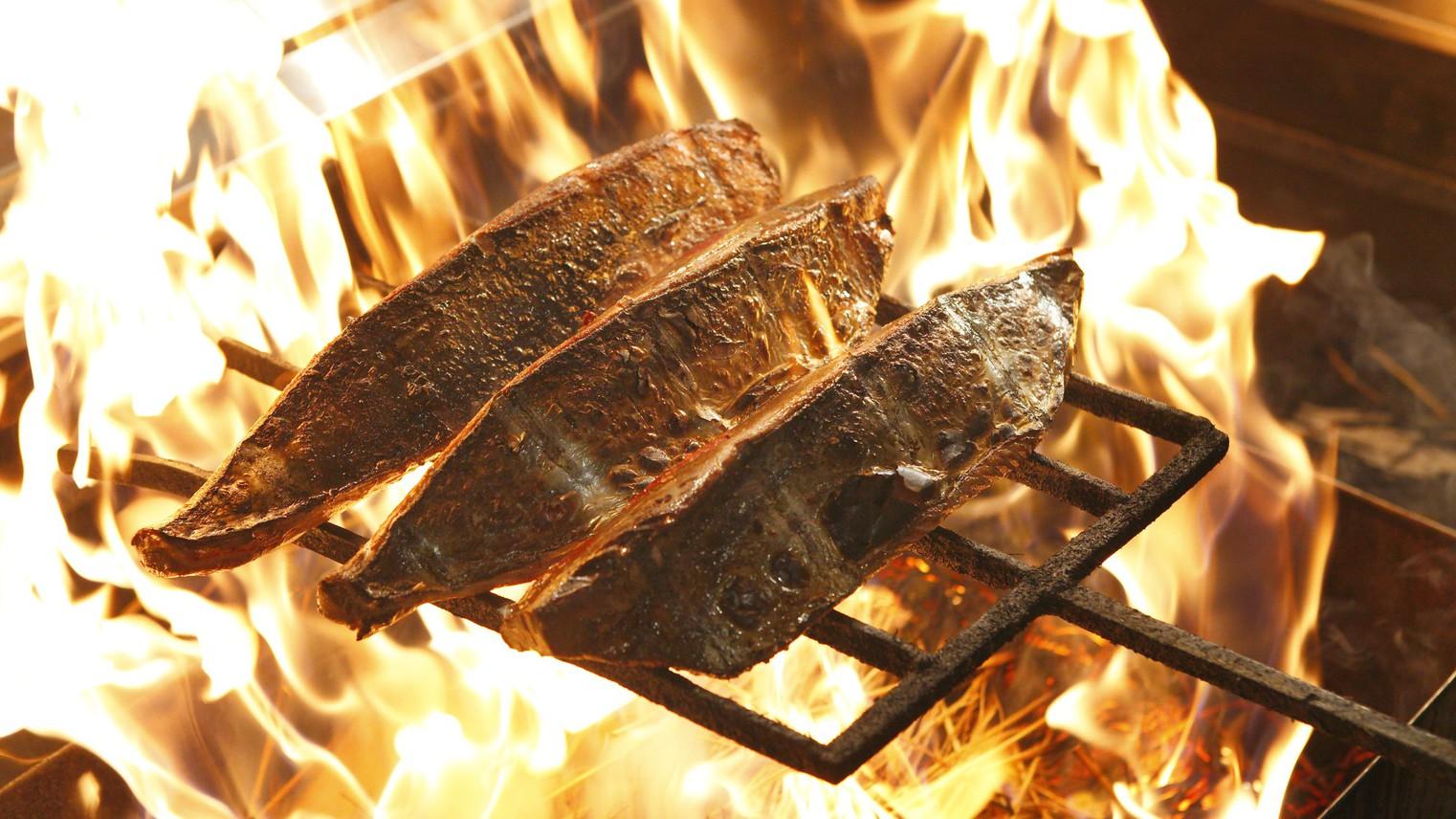 拘りの藁の火で飛び切り新鮮なカツオを炙ります。
