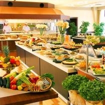 オープンキッチン付の会場にて和洋60種類以上のバイキング形式!