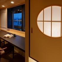 電車通りに面した窓際のカウンター席。高知城下を眺めながらゆったりくつろぎの時間を