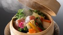 【金目鯛と春野菜の蒸篭蒸し】脂ののった新鮮な金目鯛と春野菜の蒸篭蒸しを柚子胡椒でさっぱりと頂く
