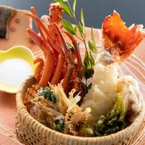 【天麩羅】伊勢海老の食感が愉しいぷりぷりの天麩羅に風味豊かな生姜のかき揚げ、もちもちの青さ海苔など。