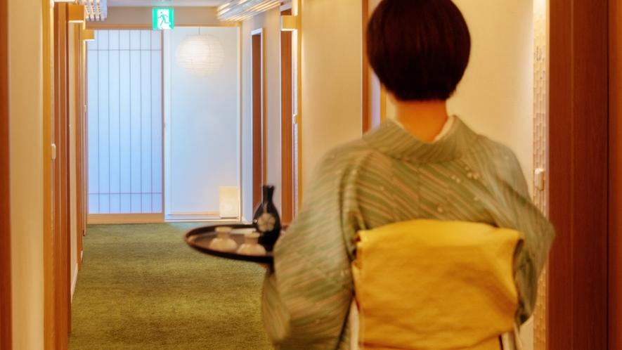 土佐杉や土佐ヒノキを使用した、明るく優しい色調の廊下。