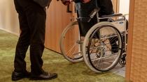 【天誠バリアフリー特別室】玄関は引き戸タイプになっておりドア幅が100㎝と車椅子の通行に配慮した設計