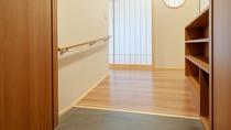 【天誠バリアフリー特別室】客室内は段差をなくしたフルフラット設計で玄関はスロープを設置