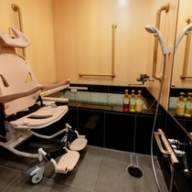 【天誠バリアフリー特別室】電動バスリフトを完備しており車椅子で浴槽への乗降が可能