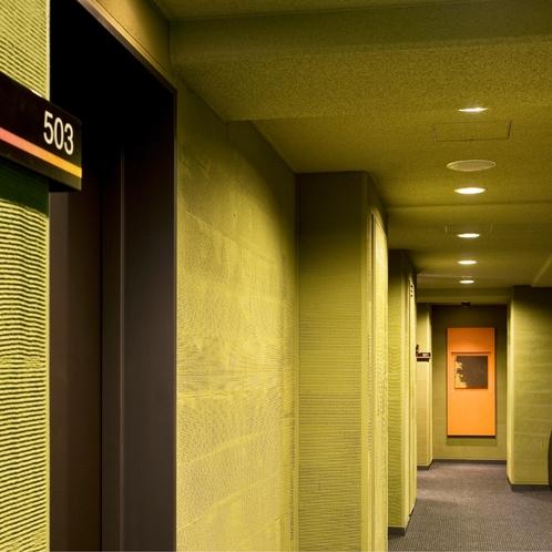 【廊下】客室フロアのコリドーは自然を感じる外向き廊下。お召し物の調節をお願いいたします