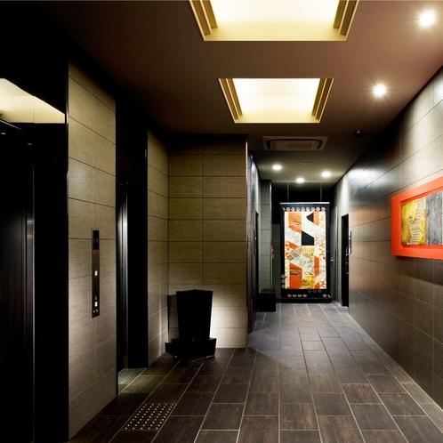 【エレベータホール】スタイリッシュなエレベーターホール。脇にはおむつ替えや障がい対応のお手洗いも。