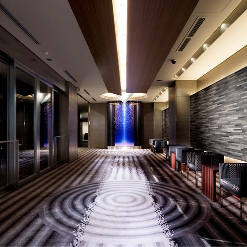 【ロビースペース】京都石庭をイメージしたロビースペース。空間全体で和とモダンの調和を表現。