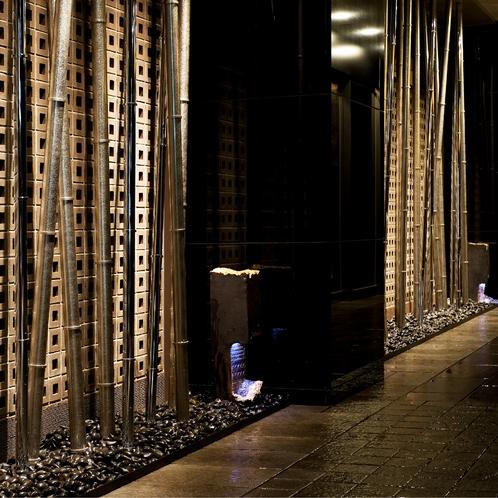 【エントランス】名所竹林をイメージしたエントランスで、京旅のはじまりを演出いたします