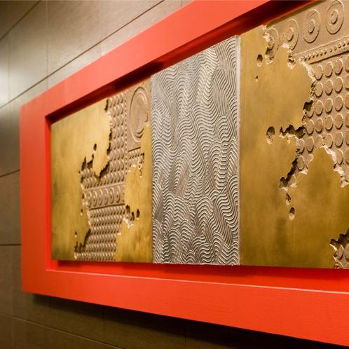 【館内モニュメント】館内各所に設置されたモニュメントは、京都ならではの趣向が。