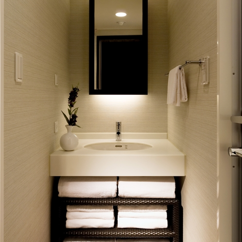 【デラックス43平米】セパレート・独立洗面台を完備しているのでメイクにもゆったり、じっくり。