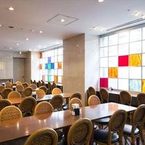 【本館ラウンジ:朝食スペース】一日の始まりは広々朝食会場で。