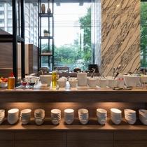 陽当たりの良い空間に、所狭しとお料理が並びます。