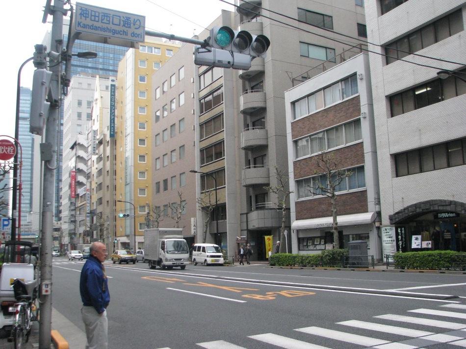 【神田駅よりホテルまで(2)】商店街を抜けるとこの通り