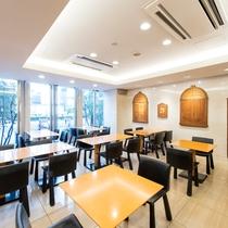 【朝食会場】朝食ブッフェを明るく開放感ある朝食会場で!