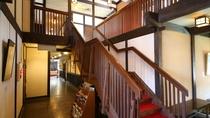 ◆玄関ホール 2階へは階段利用となります。