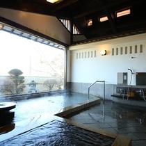 □【男性大浴場】梁丸太を生かした吹き抜けの浴場。