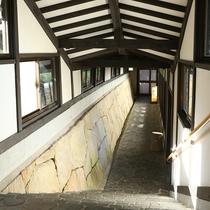 □大浴場への石畳の回廊。階段利用となります。