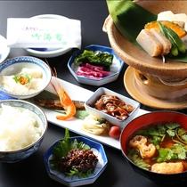 ■【朝食】陶板焼きには自家製味噌を添えて召し上がれ。