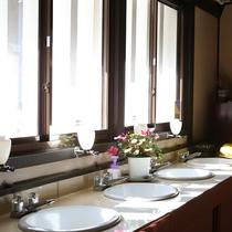 ◆2階共同洗面所 共同トイレは和洋ございます。施設が古くご迷惑をお掛けします。