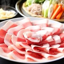 ■【冬グルメ】ぼたん鍋。天然で臭みのない猪肉は、噛むほどに旨みが広がります。