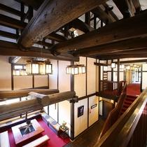 ◆玄関ホール 梁丸太を生かした古民家風の造り。