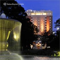 横浜公園からのホテル外観