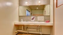 *女性大浴場/大きな鏡のついた脱衣所の洗面スペース。