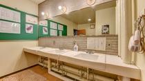 *男性大浴場/広々とした脱衣所の洗面スペース