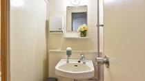*共用トイレ/女性用トイレの洗面スペース。