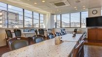 *館内/広い窓が開放的な食堂で、焼津の肴料理に舌鼓。