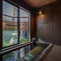 二つの貸切風呂 石造りの湯 滑らかな石の肌触り湯のやわらかさを引き立ててくれます。