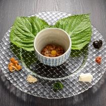 朝食 トッピングを楽しむ「薬味納豆」納豆特有の臭みも消せて大好評の一品。