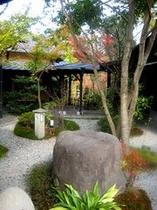 秋の中庭(大浴場へつづく