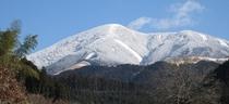 雪のわいた山