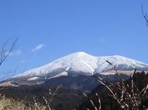 玄関から雪のわいた山