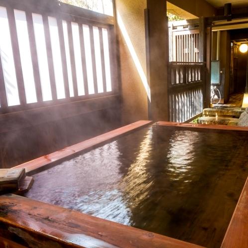 露天風呂 かじかの湯にあるひのき風呂