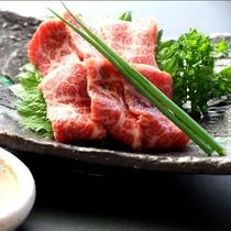 【夕食】赤身と霜のバランスのとれた上質な馬刺しです