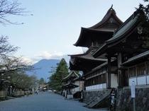 阿蘇神社から望む阿蘇五岳