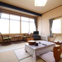 【客室一例】旧館/和室8畳:レトロな雰囲気が特徴の昔ながらの和室をお愉しみください。