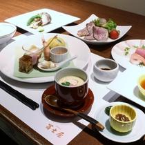 【夕食一例】同じ宿泊プランであっても、季節やその日によりお料理の内容・品数に変動がございます。