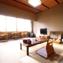 【客室一例】旧館/和室10畳:レトロな雰囲気が特徴の昔ながらの和室をお愉しみください。