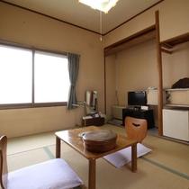 【客室一例】旧館/和室6畳:レトロな雰囲気が特徴の昔ながらの和室をお愉しみください。