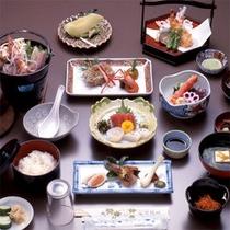 【夕食一例】毎朝仕入れる新鮮魚介や鹿児島ならではの食材、旬の食材を使った会席料理をご賞味ください。