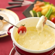 野菜やソーセージをチーズに絡めて