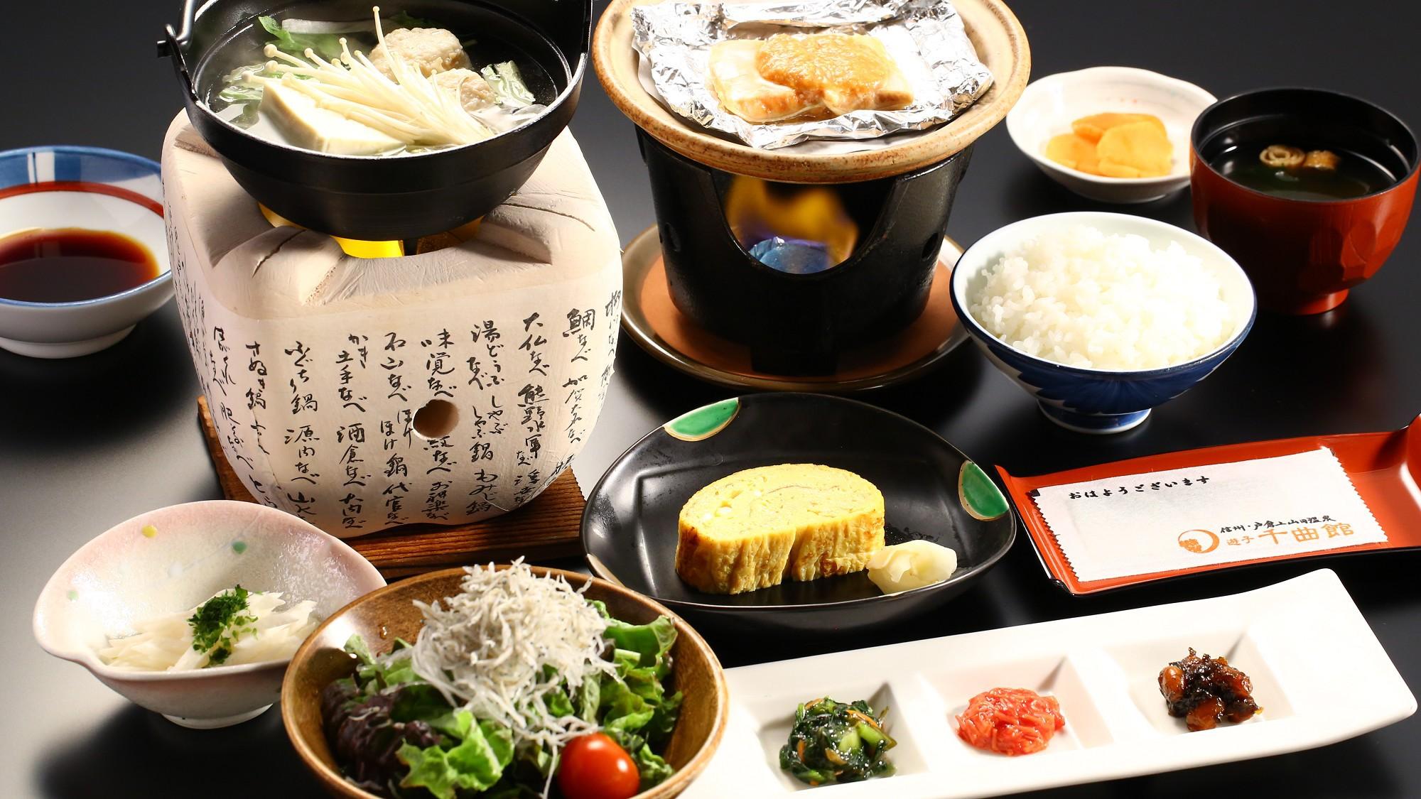 ◇朝食膳(一例)。鮭は甘めの田舎味噌で焼いて。