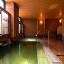 ◇飛泉の湯。窓の障子の元、まるで畳のような美しいエメラルドの湯。