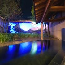 ◇庭樹の湯。夜には鳳凰が舞う幻想的な露天風呂。